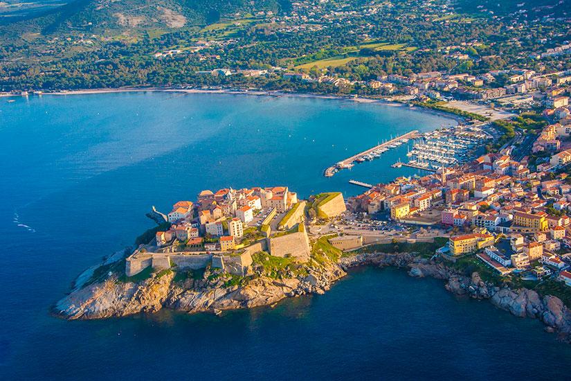 Prendre le ferry ou l'avion pour aller en Corse : lequel choisir ?