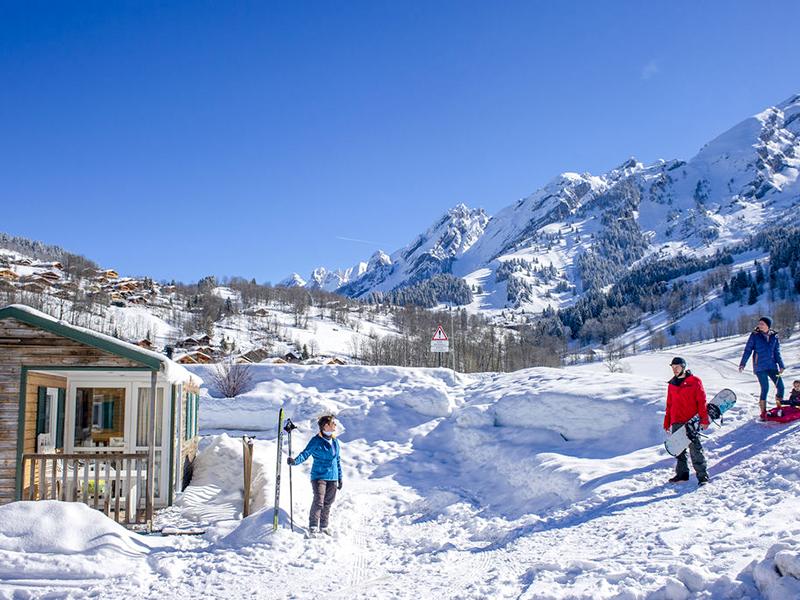 Top 3 des campings situés au pied des pistes de ski en Savoie